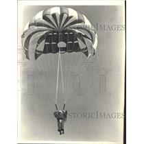 1980 Press Photo Skydiver Ray Mahon Hangs From His Parachute After Free-Fall