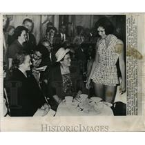 1960 Press Photo Mrs. Khrushchev at fashion show with Mrs. Herta Jonas, Vienna