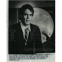 1983 Press Photo Randy Breuer announces four-year contract with Milwaukee Bucks