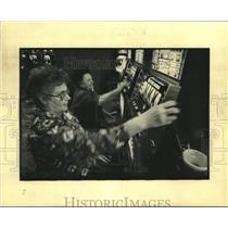 1994 Press Photo Audrey Gros pulls handle of slot machine with Annie Champagne