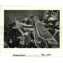 1986 Press Photo Ben Larve assembles a model plane - nob55848