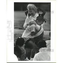 1990 Press Photo Dolores Libby hugs Julius Rosenwald student Lashawn Tibbet