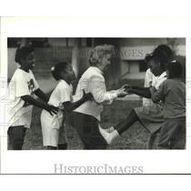 1990 Press Photo Dolores Libby, Cheerleading class- Julius Rosenwald Elementary