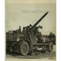 Press Photo Canadian soldiers man huge coastal defense guns in Halifax