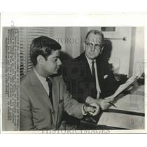 1965 Press Photo Attorneys Morgan and Lawrence Hoffheimer confer in Austin, TX
