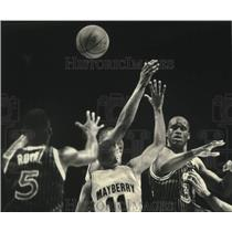 1993 Press Photo Shaquille O'Neal beats Lee Mayberry and the Bucks on this pass