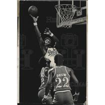 1976 Press Photo Milwaukee Bucks basketball's Elmore Smith soars high for shot