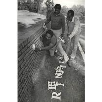 1980 Press Photo Pleasant Grove Highlands, AL Community Members Hang Letters