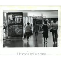 1986 Press Photo Houston Intercontinental Airport travelers in Terminal C