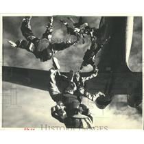 1986 Press Photo Patty Wallace dives out of a plane with other sky divers