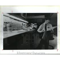 1989 Press Photo IAH traffic Management Coordinator Thor Cornell at desk