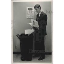 1990 Press Photo Steve Bedsole Throwing Away Paper - abna38379