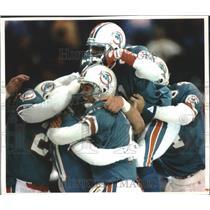 1993 Press Photo Joyous Miami Dolphins football players celebrate their victory