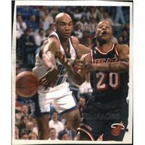 1994 Press Photo Milwaukee Bucks' Blue Edwards strips ball from Brian Shaw