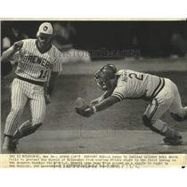 1981 Press Photo Mike Heath fails to stop Roy Howell of Milwaukee from scoring.
