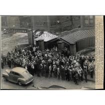 1943 Press Photo Pickets Blockade plant Gate Rubber - RRW67315