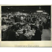 1957 Press Photo Hungarian refugees enjoying dinner at a community college
