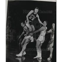 1963 Press Photo Dave Anderson of Western Michigan goes up and over Marquette.