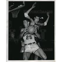 1964 Press Photo Marquette's Tom Flynn rebounds against Louisville Joe Liebtke