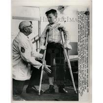 1959 Press Photo George Burns Bracing William McDonald - RRW24411