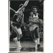 1975 Press Photo Milwaukee Bucks basketball player Jim Price, a bit off form