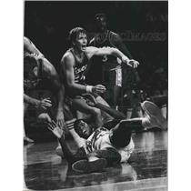 1976 Press Photo Milwaukee Bucks basketball players during game with 76ers