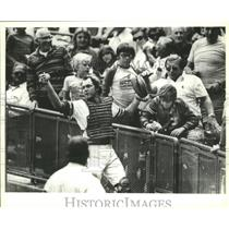 1977 Press Photo Brewers' Charlie Moore spilled a boy's soda, but caught ball.
