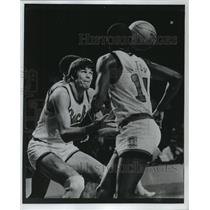 1977 Press Photo Milwaukee Bucks basketball player, Dave Meyer, watches the ball