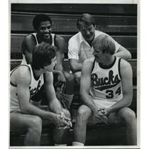 1977 Press Photo Milwaukee Bucks Basketball Don Nelson with rookies.