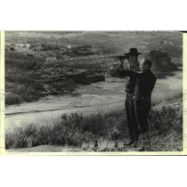 1978 Press Photo US customs agents looking across the Rio Grande towards Mexico