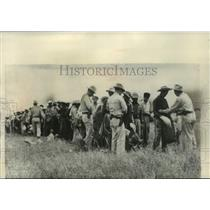 1981 Press Photo Border patrolmen search Mexican immigrants, Santa Rosa, Texas.