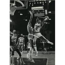 1981 Press Photo Buck Marques Johnson fails to score over Houston's Elvin Hayes