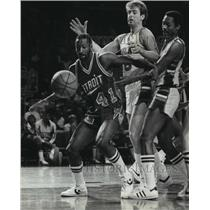 1981 Press Photo Terry Tyler and Milwaukee Bucks players go after loose ball