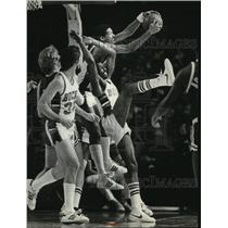 1981 Press Photo The Milwaukee Bucks played against Boston Celtics at the Arena.