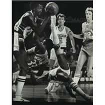 1981 Press Photo Buck Sidney Moncrief collides with Jerome Whitehead at Arena