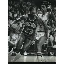 1982 Press Photo Russell Walker of Pistons drives past Junior Bridgeman of Bucks