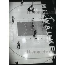 1982 Press Photo The Bucks basketball team works out at the Milwaukee Arena