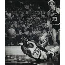 1982 Press Photo Phil Ford of Bucks dives for ball at Arena game against Celtics