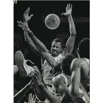 1982 Press Photo Bucks Sidney Moncrief & Mickey Johnson battle Seattle at Arena