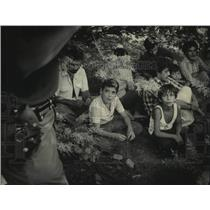 1983 Press Photo A family from Mexico tries to hide from Border Patrol.