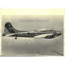 1983 Press Photo World War II bomber crew flies in B-17 plane, Lake Michigan