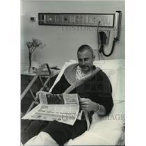 1983 Press Photo Milwaukee Lutheran High's coach Dean Mueller in hospital bed.