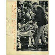 1983 Press Photo Coach Don Nelson shaking hands with Sidney Moncrief.