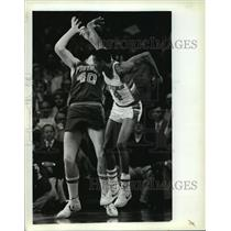 1983 Press Photo Milwaukee Bucks' Sidney Moncrief in a fight with Bill Laimbeer