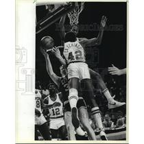 1983 Press Photo Milwaukee Bucks' Alton Lister and others in basketball action