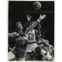 1983 Press Photo Milwaukee Bucks' Harvey Catchings vs. Bullets' Jeff Ruland