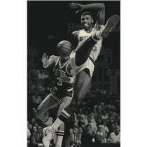 1984 Press Photo Milwaukee Bucks basketball's Paul Pressey fouled during game