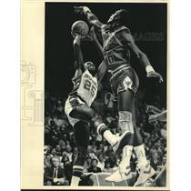 1984 Press Photo Bucks basketball's Paul Pressey tries to shot over Bulls rival