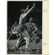 1984 Press Photo Milwaukee Bucks' Junior Bridgeman sandwiched by 76ers players