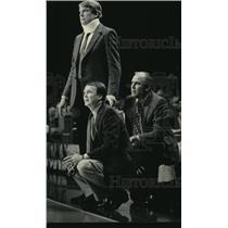 1984 Press Photo Mike Schuler, Garry St. Jean assist Don Nelson coaching Bucks.